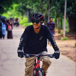 cycliste heureux